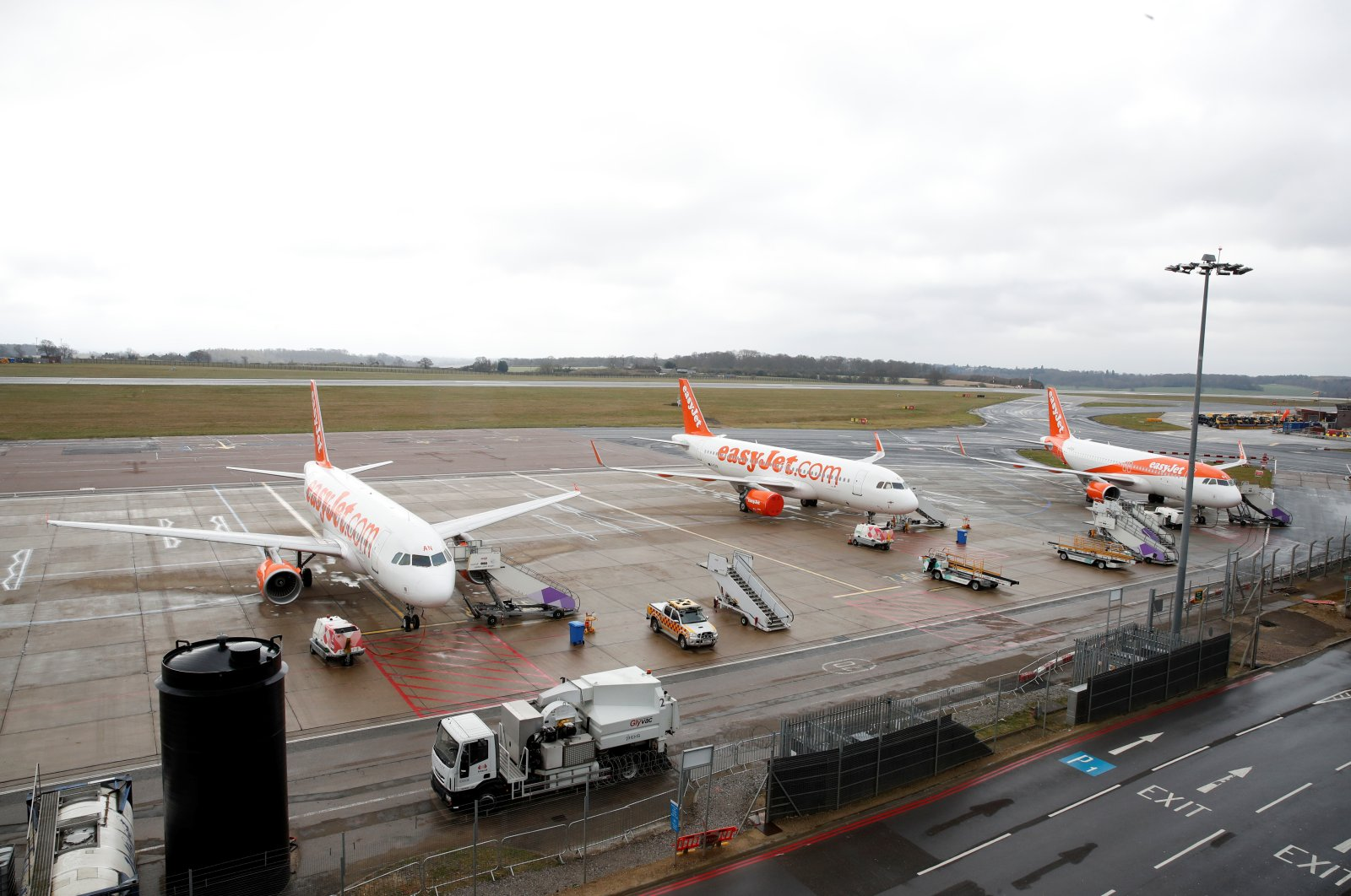 Easyjet planes are seen parked at Luton airport after easyJet announced it has grounded its entire fleet, as the spread of the coronavirus continues, Luton, Britain, Monday, March 30, 2020. (REUTERS Photo)