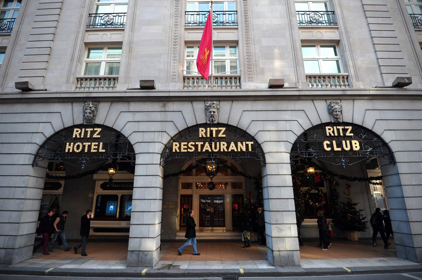 People walk past The Ritz hotel in central London, Dec.17, 2012.  (AFP Photo)