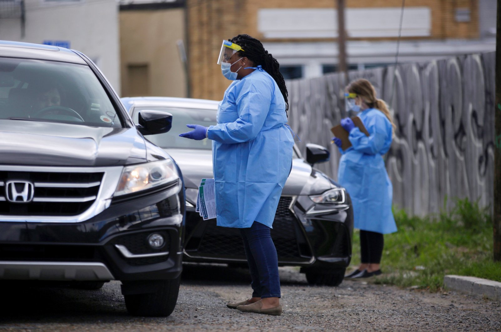 A consultation conducted with a driver to see if she should be tested for the coronavirus, in New Orleans, Louisiana, U.S., Friday, March 27, 2020. (Reuters Photo)