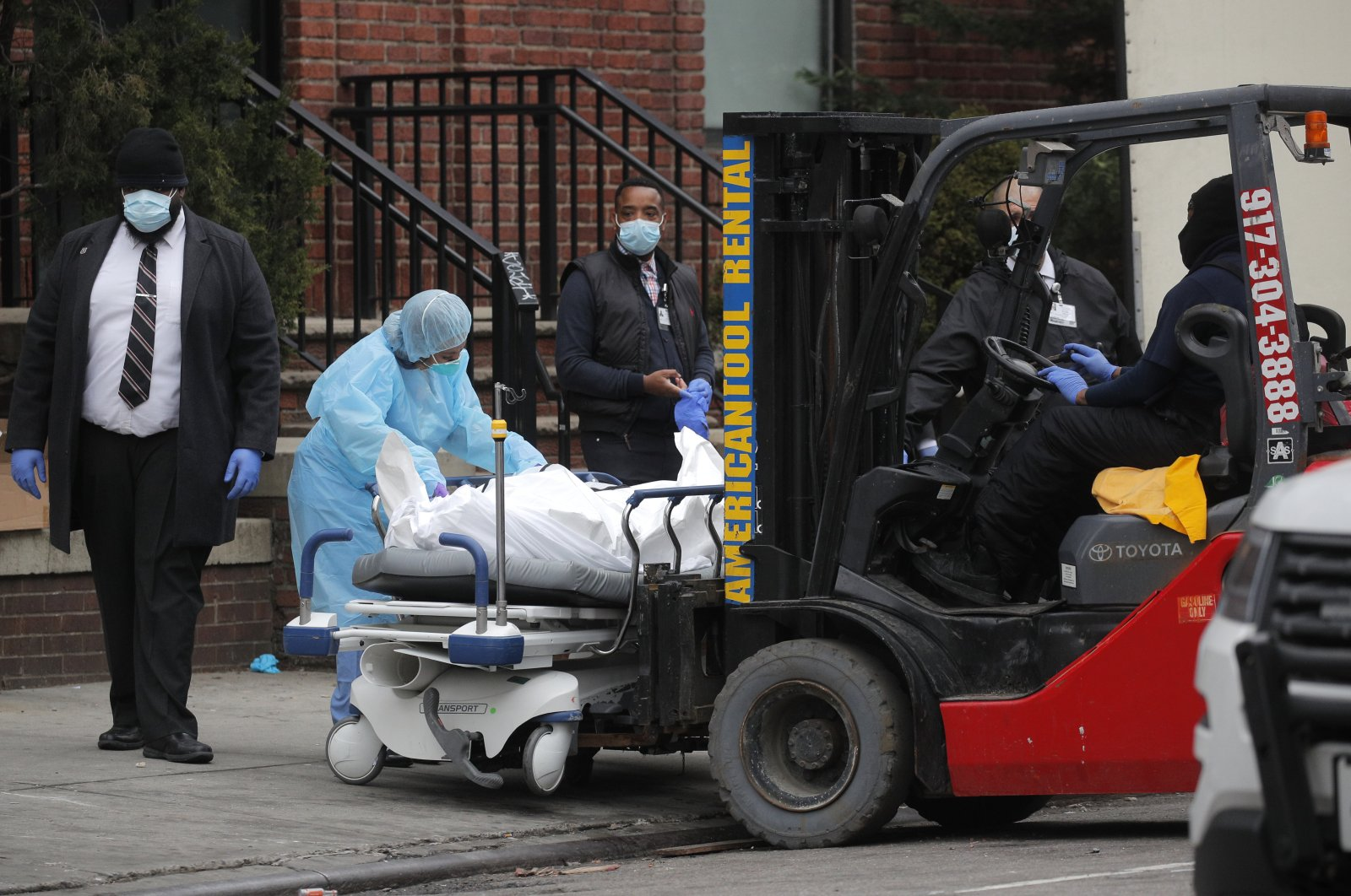 Workers prepare to load a deceased person into a trailer outside of Brooklyn Hospital Center during the coronavirus outbreak in the Brooklyn borough of New York City, New York, U.S., Monday, March 30, 2020. (Reuters Photo)