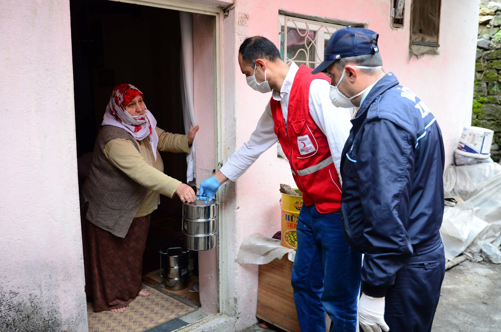 Aid workers deliver meals to a family in Bitlis, Turkey, Tuesday, March 31, 2020. (AA Photo)