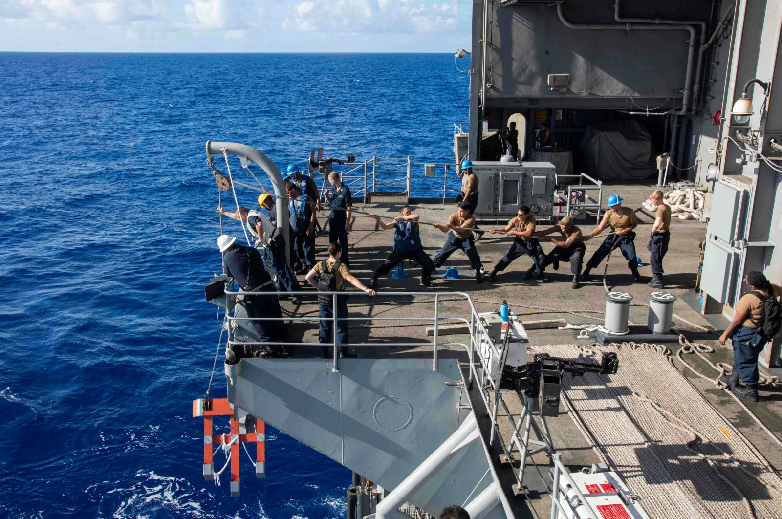 U.S. Navy sailors raise a larne target from the fantail of the aircraft carrier USS Theodore Roosevelt  in the Philippine Sea March 21, 2020. (Reuters Photo)