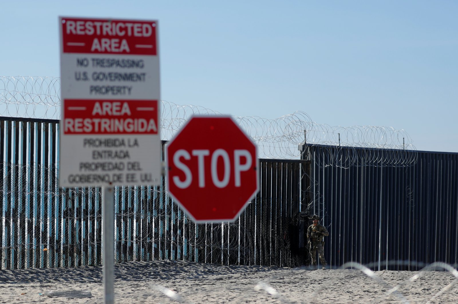 An armed U.S. Customs and Border Patrol agent stands watch at the border fence next to a beach in Tijuana, at the Border State Park in San Diego, Calif., U.S., Nov. 16, 2018. (Reuters Photo)
