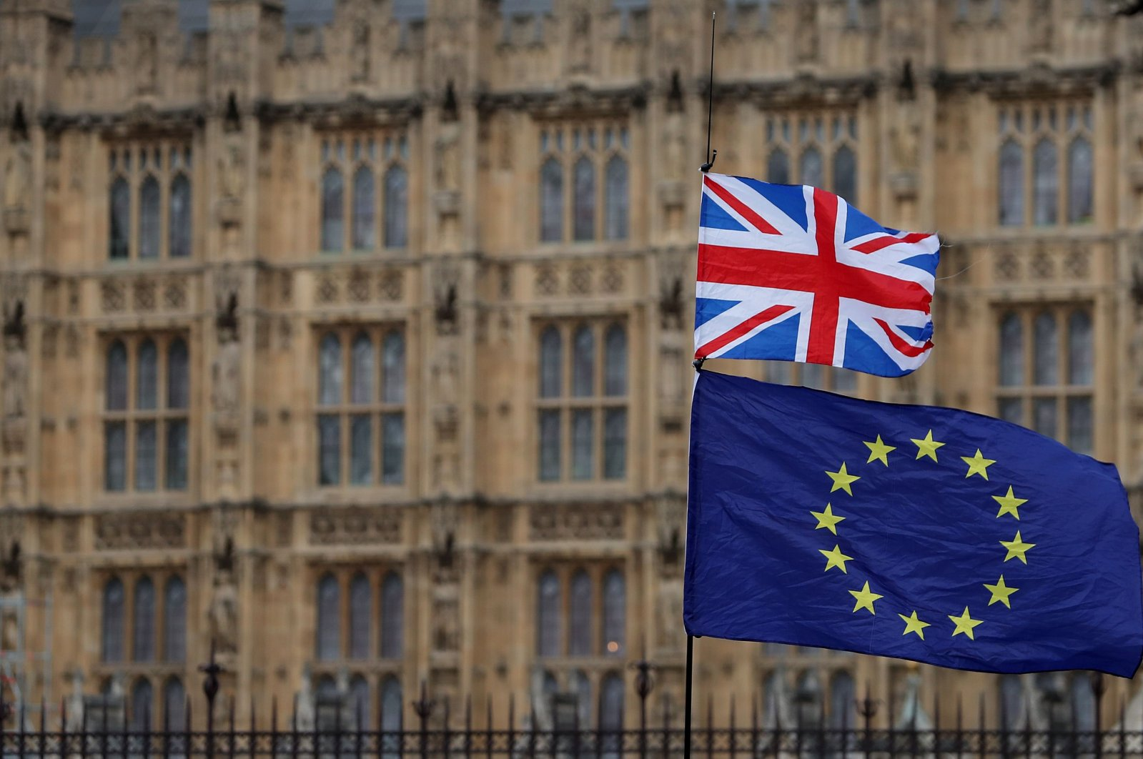Flags of the U.K. and the European Union wave during a demonstration outside the Houses of Parliament in central London, England, Jan. 23, 2019. (AFP Photo)
