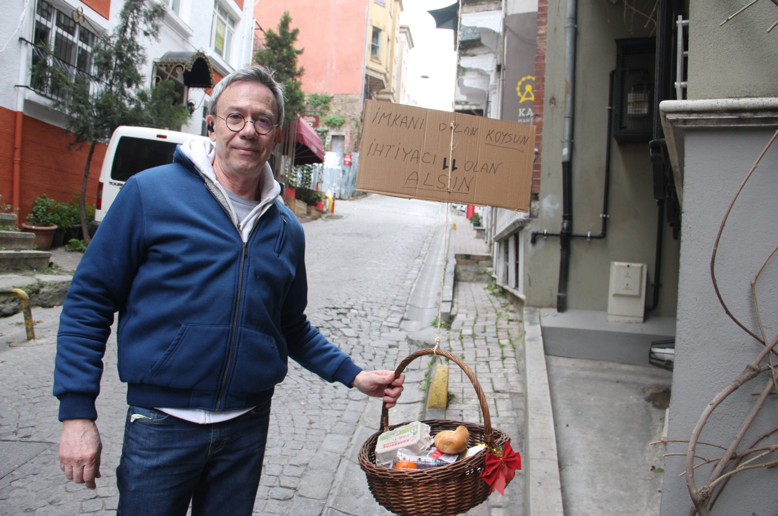 Jeffrey Tucker stands next to his basket, in Istanbul, Turkey, Thursday, April 2, 2020. (İHA Photo)