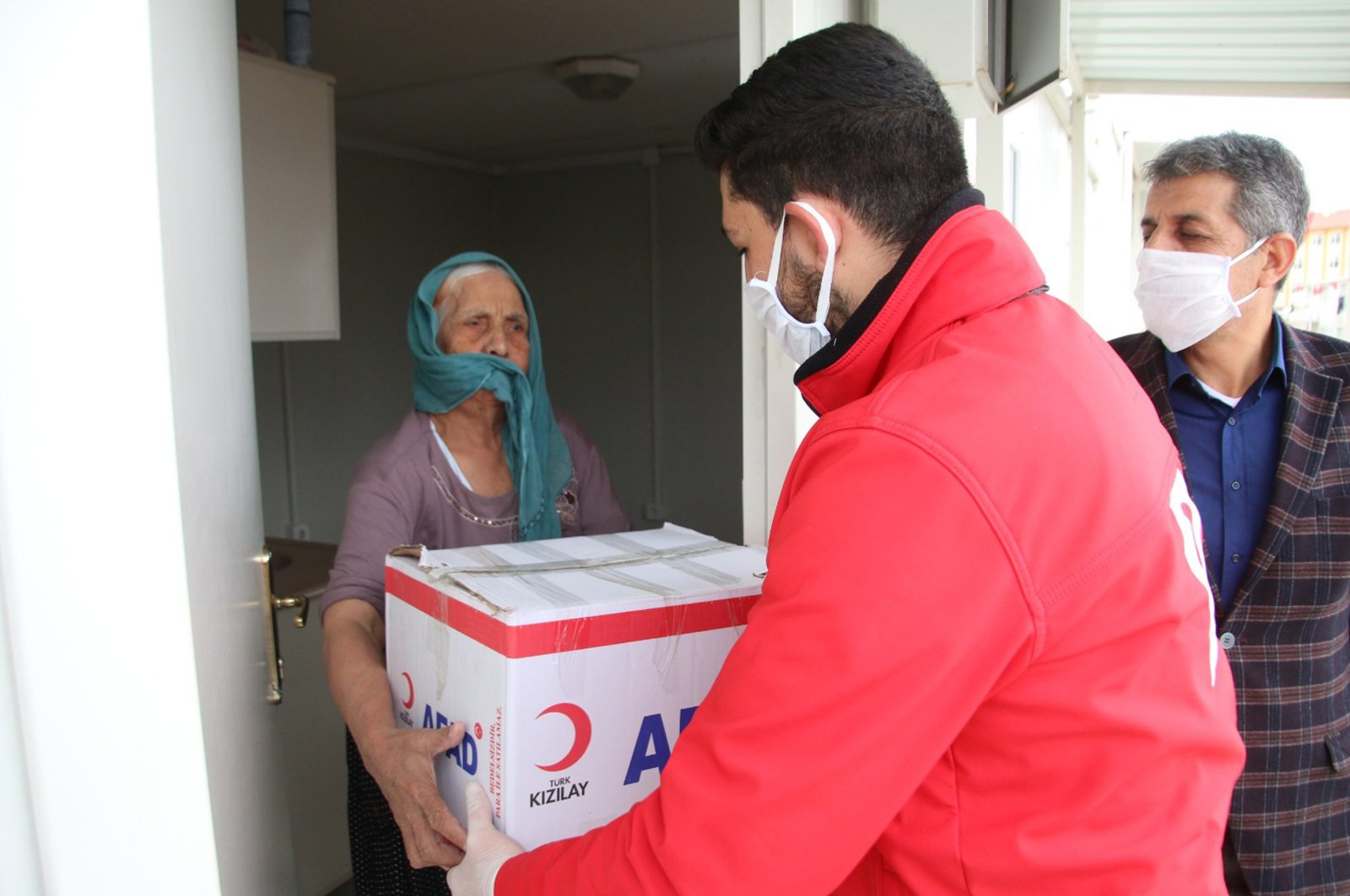 A Vefa Group volunteer provides help to an elderly woman in eastern Elazığ province. Allocated Istanbul Muftiate personnel will support Vefa volunteers. (AA Photo)