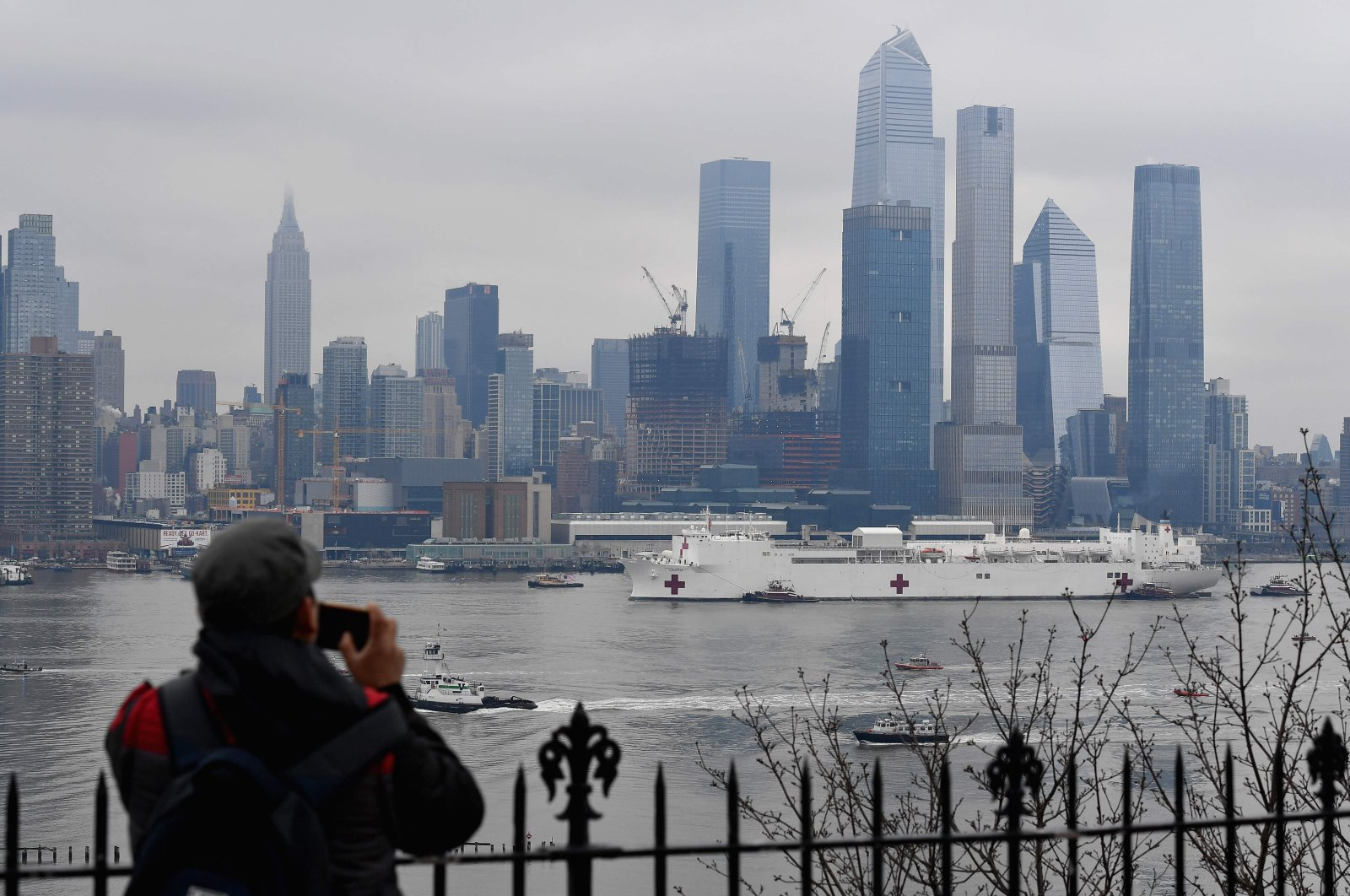 The USNS Comfort medical ship moves up the Hudson River as it arrives on Thursday, March 30, 2020, in New York as seen from Weehawken, New Jersey. (AFP Photo)