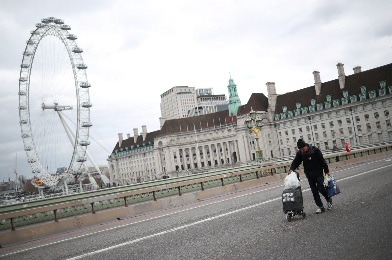 A man walks in the middle of Westminster Bridge, as the spread of the coronavirus disease (COVID-19) continues, London, Britain, April 3, 2020. (REUTERS Photo)