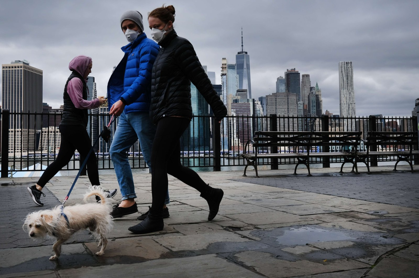 The Manhattan skyline stands in the distance as people try to get some time outside in Brooklyn, New York City, on Saturday, April 4, 2020. (AFP Photo)