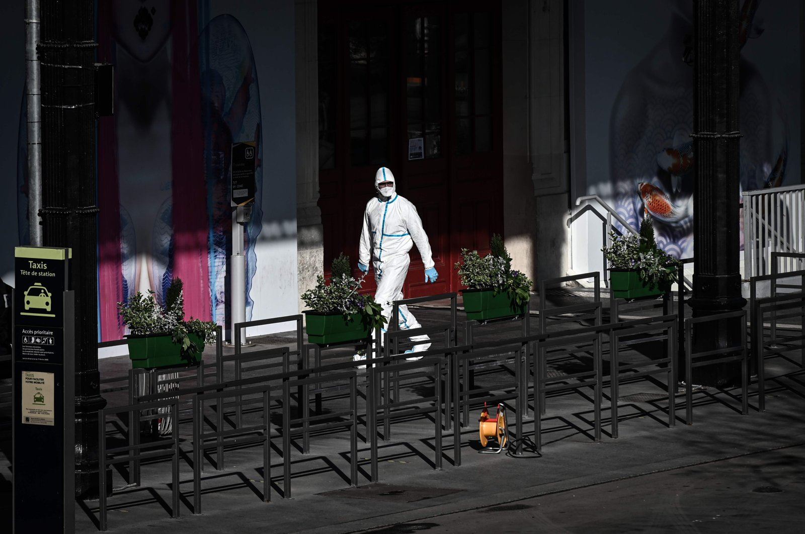 A medical personnel wearing protective gear walks outside the Gare d'Austerlitz rail station in Paris on Sunday, April 5, 2020, during an evacuation operation of patients infected with COVID-19 onboard a TGV highspeed train, on the 20th day of a lockdown in France aimed at curbing the spread of COVID-19 (novel coronavirus). (AFP Photo)