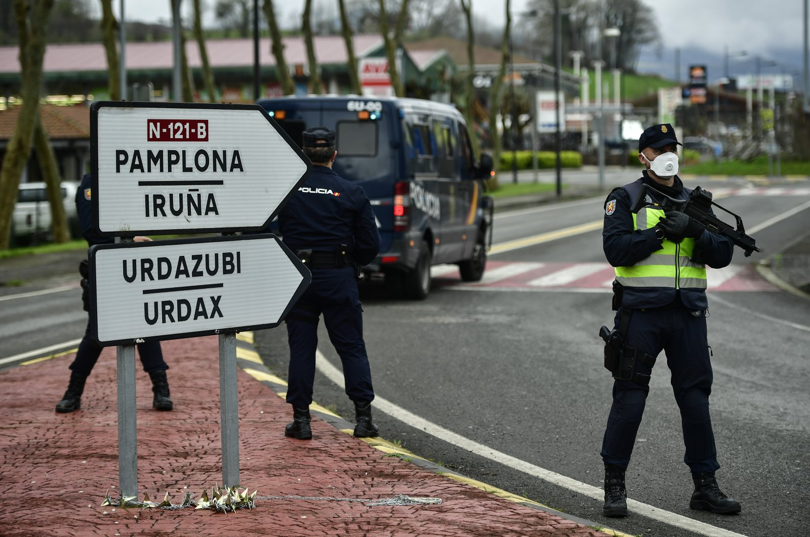 Spanish police officers block the road to vehicles and pedestrians close to the border between Spain and France near the Spanish Pyrenees village of Dantxarinea, northern Spain, March 17, 2020. (AP Photo)