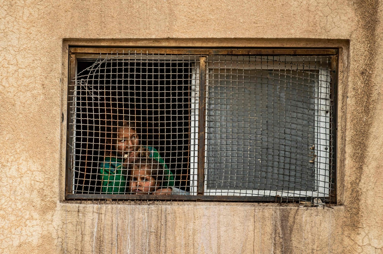 Displaced Syrians stand in a shelter in the northeastern city of  Hasakah, Syria, on Sunday, April 5, 2020 (AFP Photo)