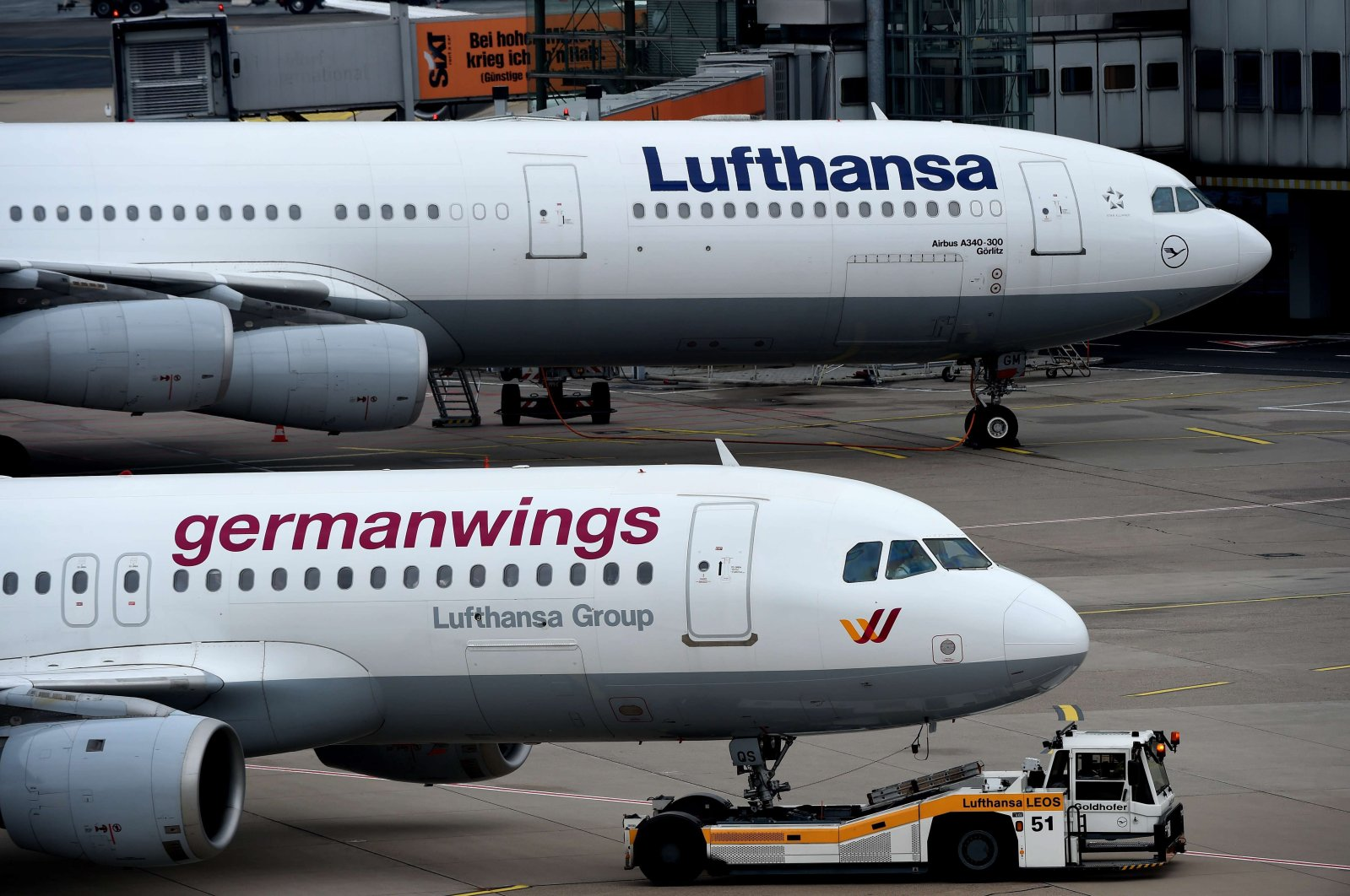 An Airbus plane of German airline Lufthansa (top) and a plane of the company's Germanwings subsidiary are pictured at the Duesseldorf airport in Duesseldorf, western Germany, March 26, 2015. (AFP Photo)