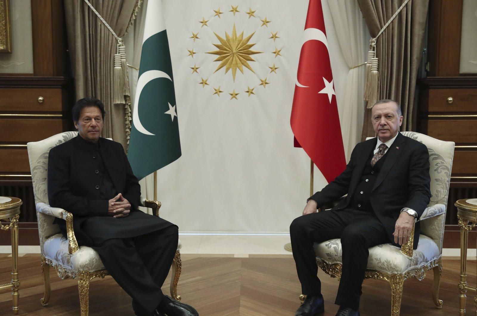 President Recep Tayyip Erdoğan (R) and Pakistani Prime Minister Imran Khan pose for the media before a meeting in Ankara, Friday, Jan. 4, 2019. (AP Photo)