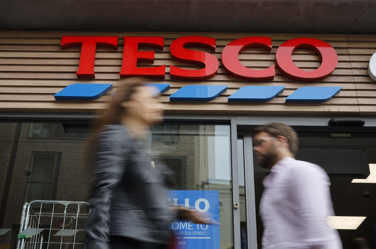 People walk past at a Tesco Express in central London, U.K., Sept. 30, 2019. (AFP Photo)
