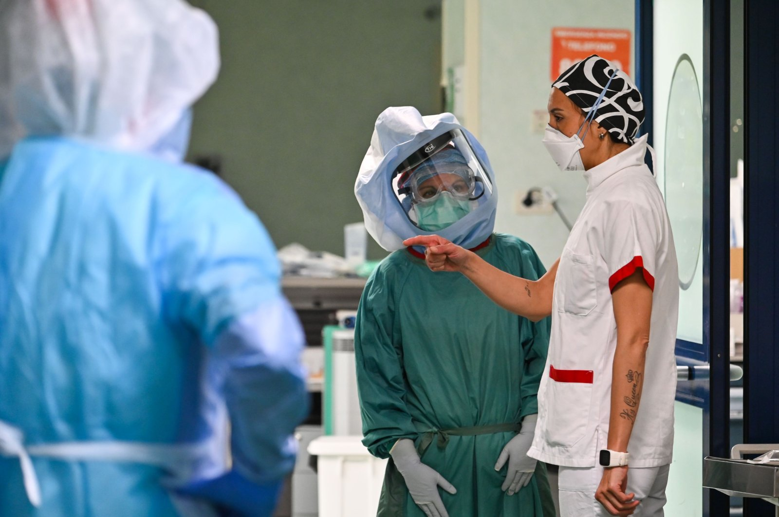 Members of the medical staff wearing Personal Protective Equipment (PPE) talk at the Intensive care unit for patients infected by the novel coronavirus disease COVID-19 at the Policlinico di Tor Vergata hospital, Rome, Wednesday, April 8, 2020. (AFP Photo)