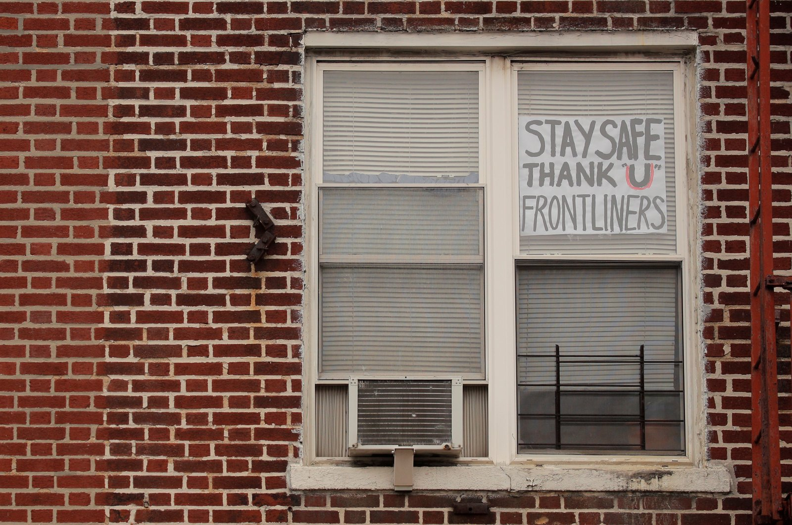 A sign thanking frontline workers is seen on an apartment window in the Brooklyn borough of New York City, U.S., Wednesday, April 8, 2020. (REUTERS Photo)