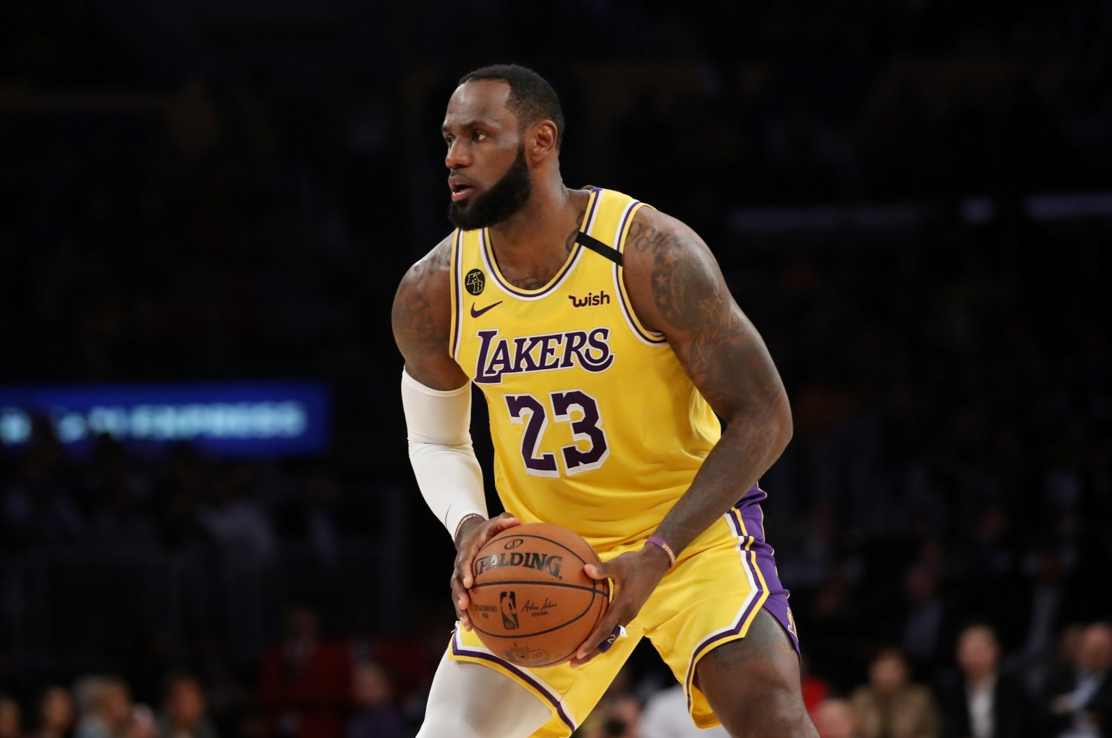 Los Angeles Lakers' LeBron James handles the ball in a game against the Philadelphia 76ers in Los Angeles, California, U.S., March 3, 2020. (AFP Photo)