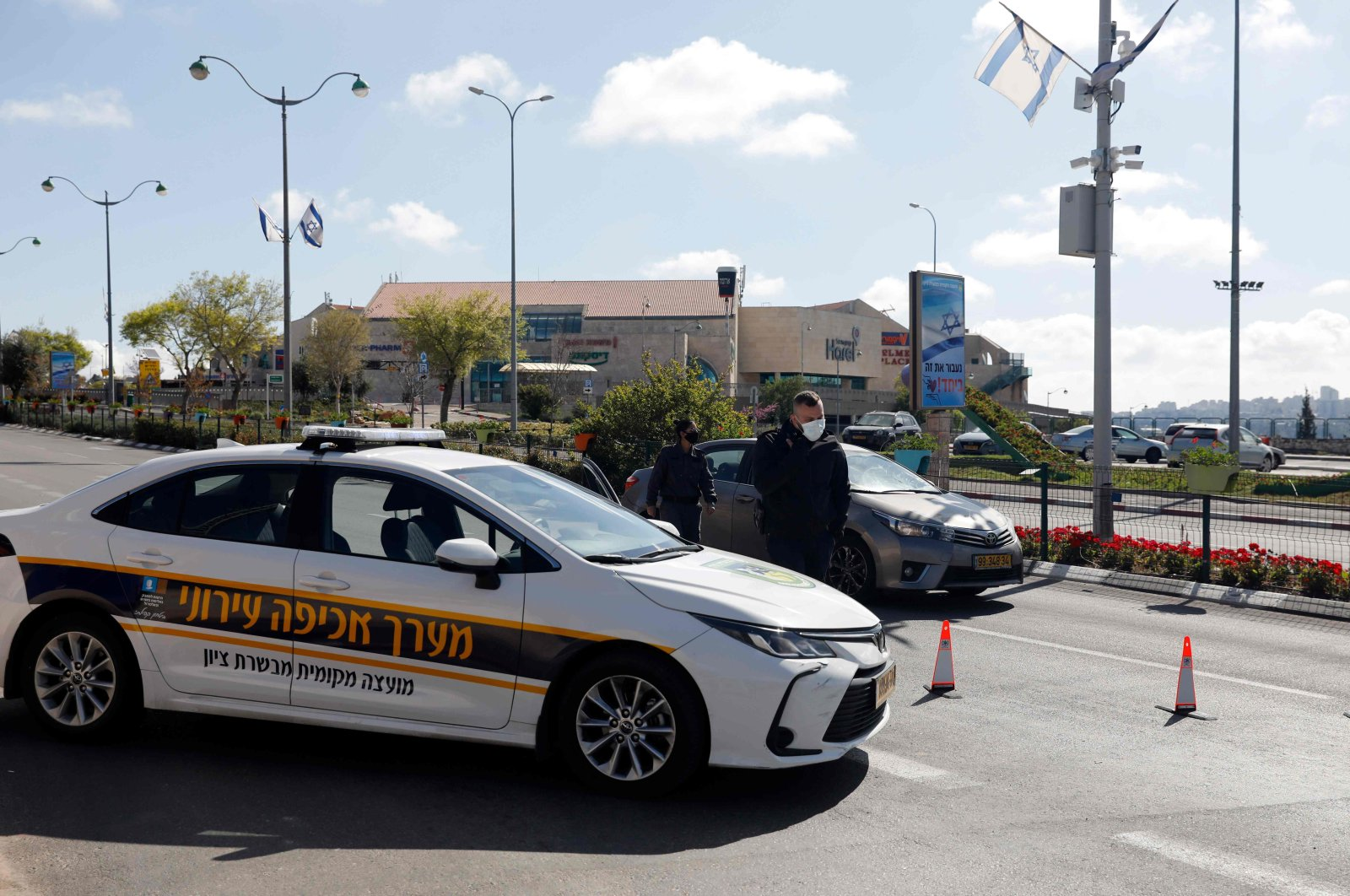 Members of the Israeli police man a checkpoint on a highway leading to Jerusalem to ensure that people obey a lockdown imposed by the authorities to prevent the spread of the novel coronavirus, near the Arab-Israeli town of Abu Ghosh, Israel, April 9, 2020. (AFP Photo)