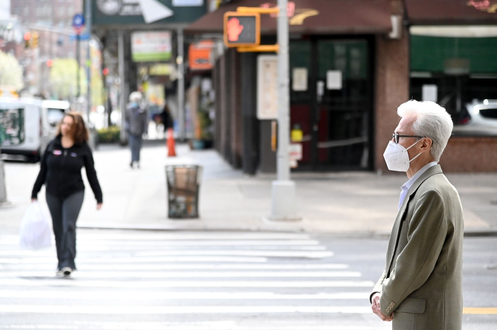 A man wearing a face mask looks on during the coronavirus pandemic, New York, U.S., April 8, 2020. (AFP Photo)