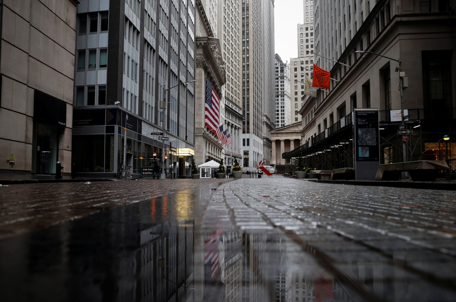 A view of a nearly deserted Broad street and the New York Stock Exchange building in the financial district of lower Manhattan during the COVID-19 outbreak, New York City, April 3, 2020. (Reuters Photo)