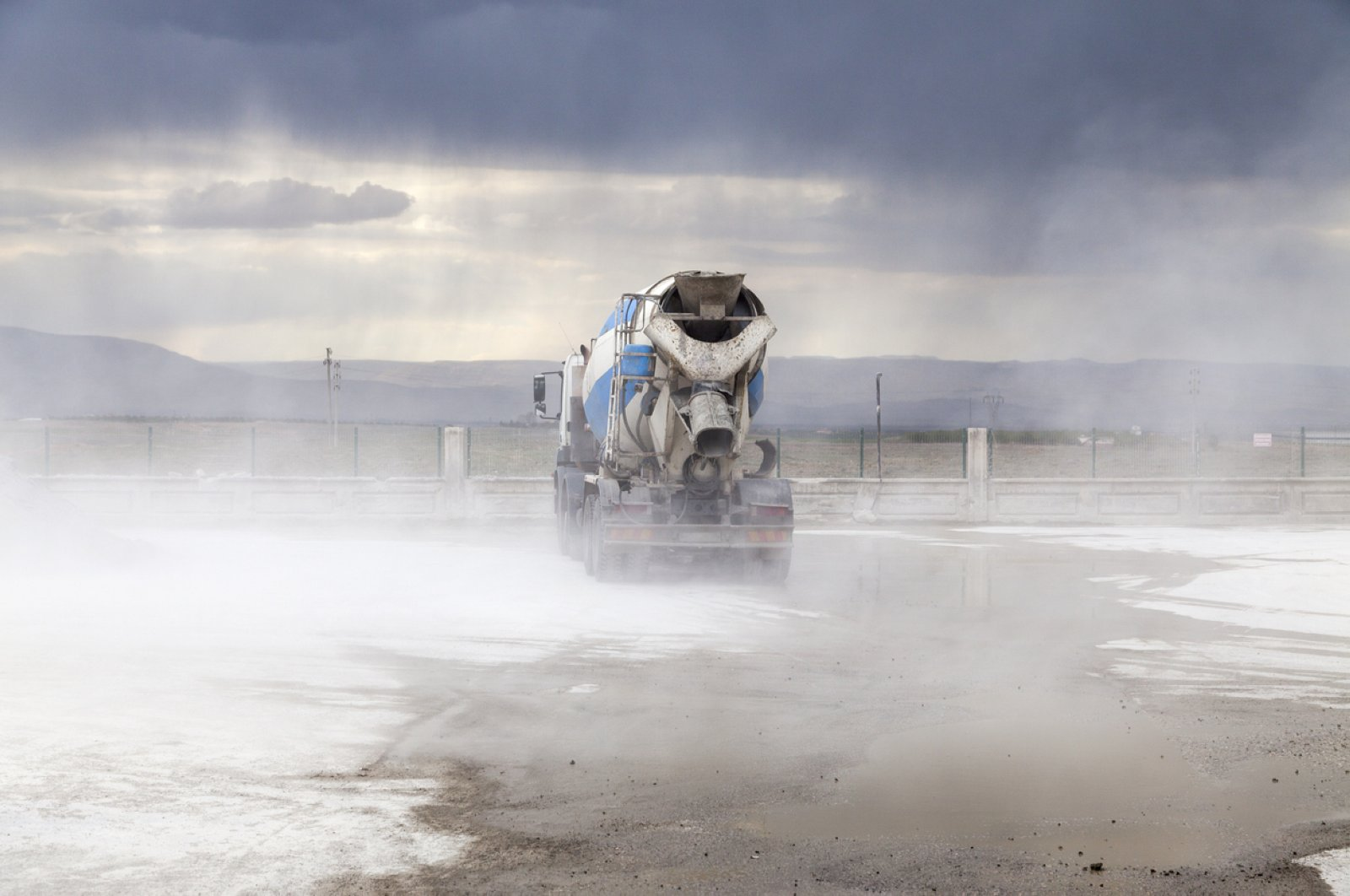 Cement mixer truck waiting and parking on line. (Hüseyin Tuncer / iStock Photo)