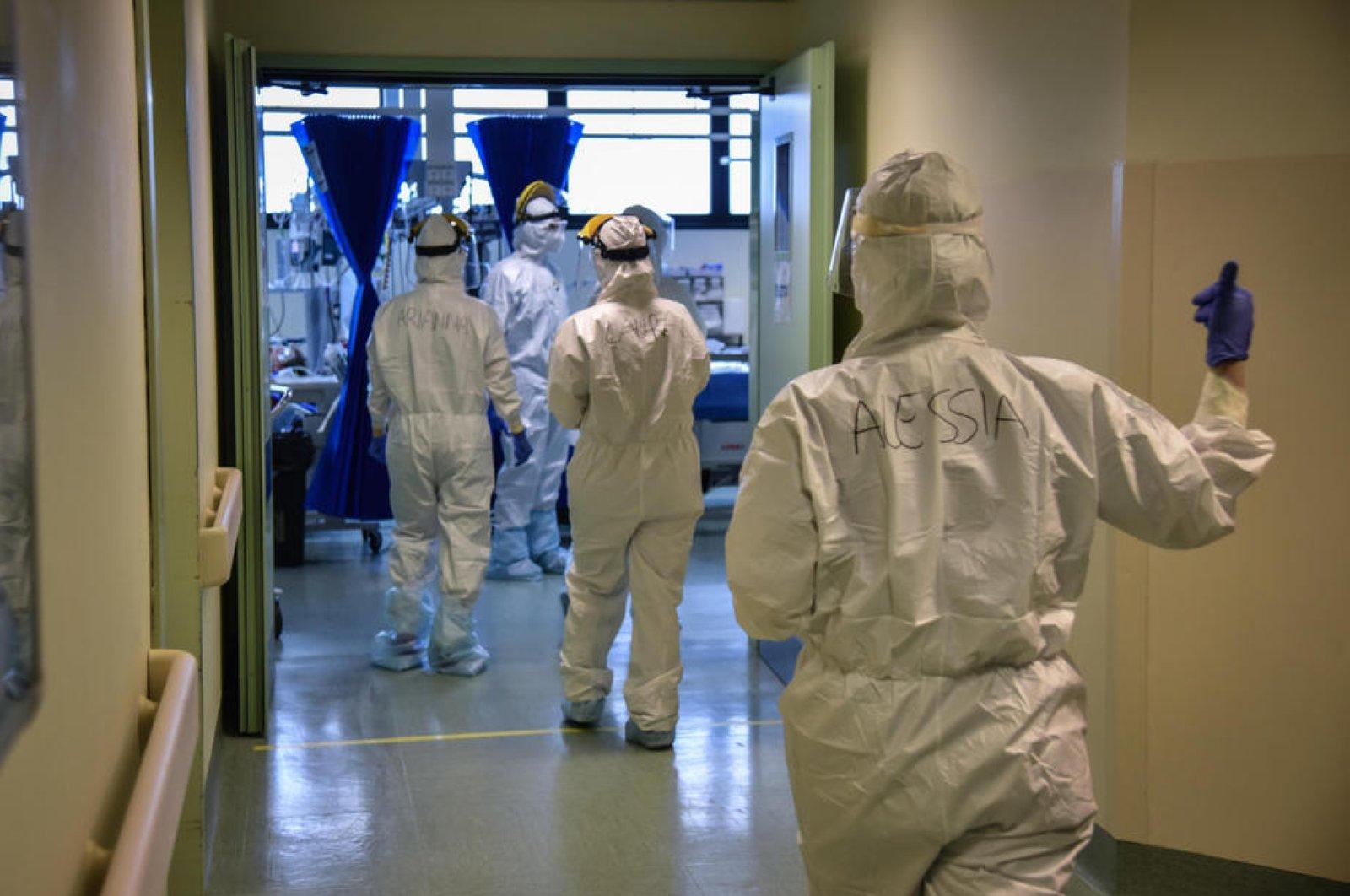 Doctors and nurses undertake dressing operations in the COVID-19 ward of Humanitas Hospital, Rozzano, Italy, April 8, 2020. (EPA Photo)