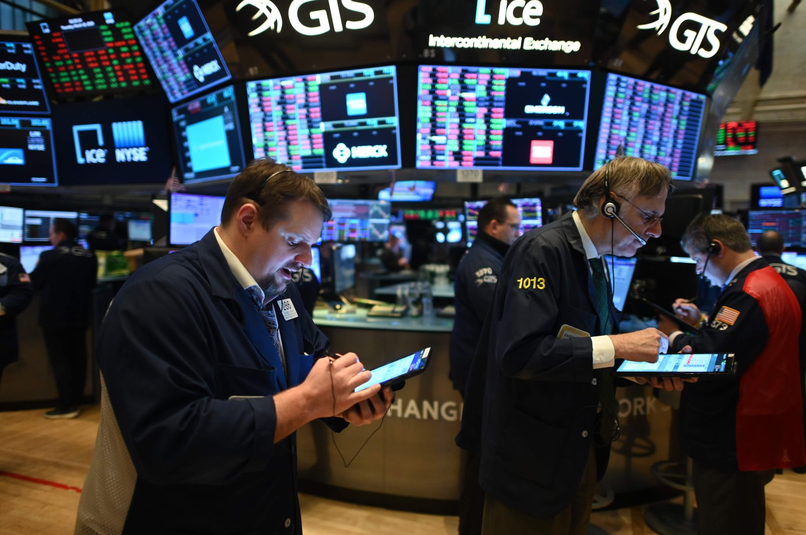 Traders work at the New York Stock Exchange (NYSE) in New York City, United States, Thursday, March 19, 2020. (AFP Photo)