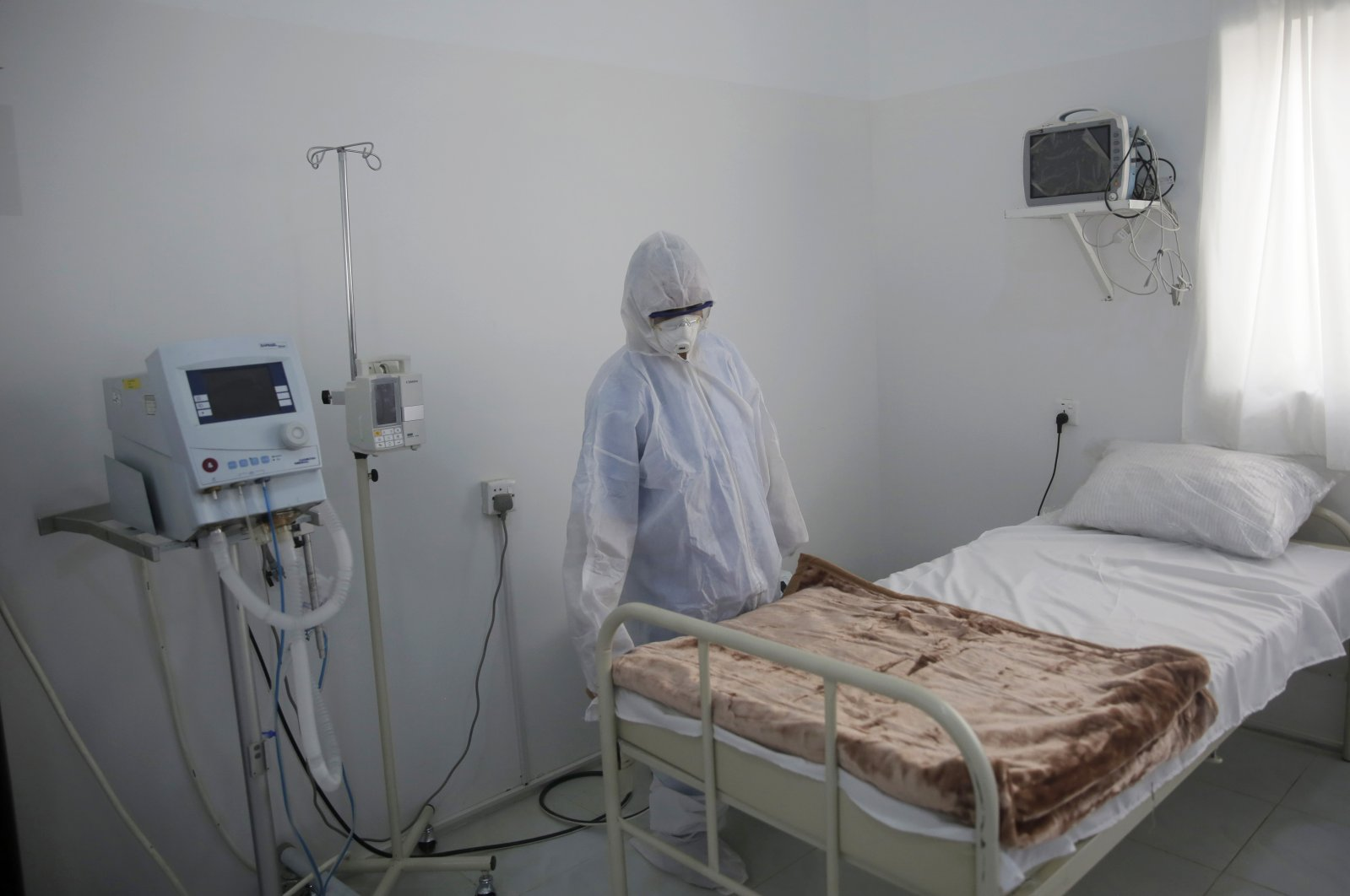 A medical staff member works on setting up an isolation room at a coronavirus quarantine ward at a hospital in Sanaa, Yemen, March 15, 2020. (AP Photo)