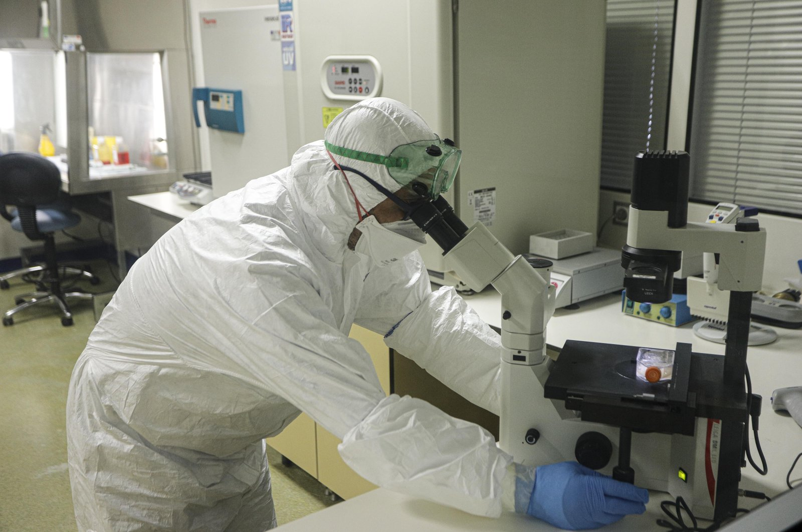 A researcher works at the Health Ministry's Public Health Laboratory where the virus was successfully isolated, Ankara, Turkey, April 10, 2020. (DHA Photo)