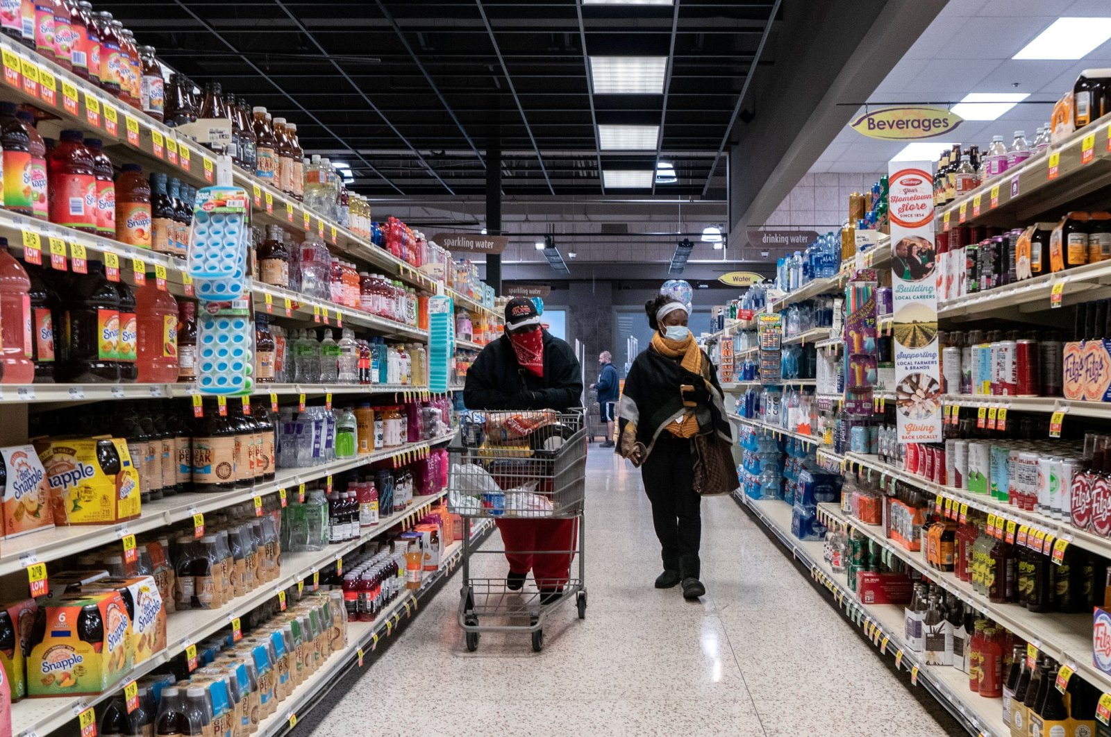 Shoppers browse in a supermarket while wearing masks to help slow the spread of the coronavirus in north St. Louis, Missouri, U.S., April 4, 2020. (Reuters Photo)