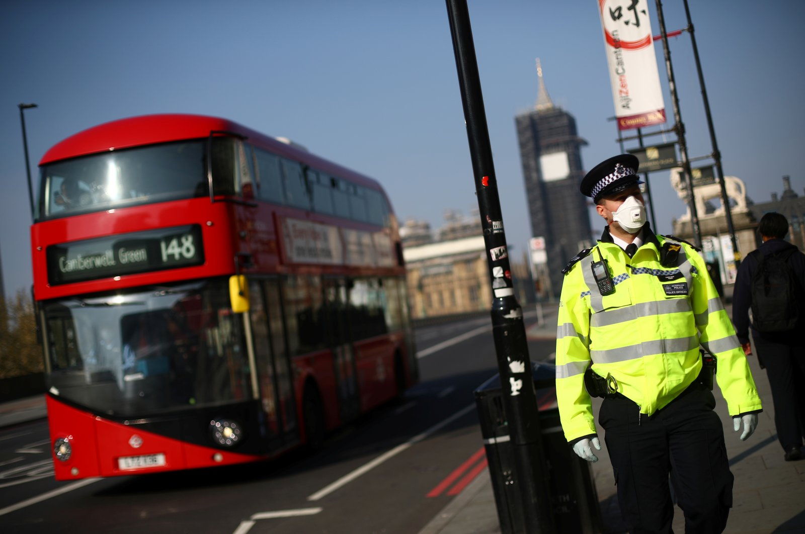 A police officer wears a protective face mask in Westminster as the spread of the coronavirus disease (COVID-19) continues, London, Britain, April 9, 2020. (Reuters Photo)