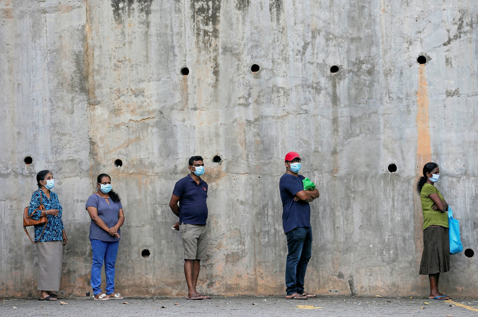 People maintain the 1-meter recommended distance between each other in Colombo, March 24, 2020. (REUTERS Photo)