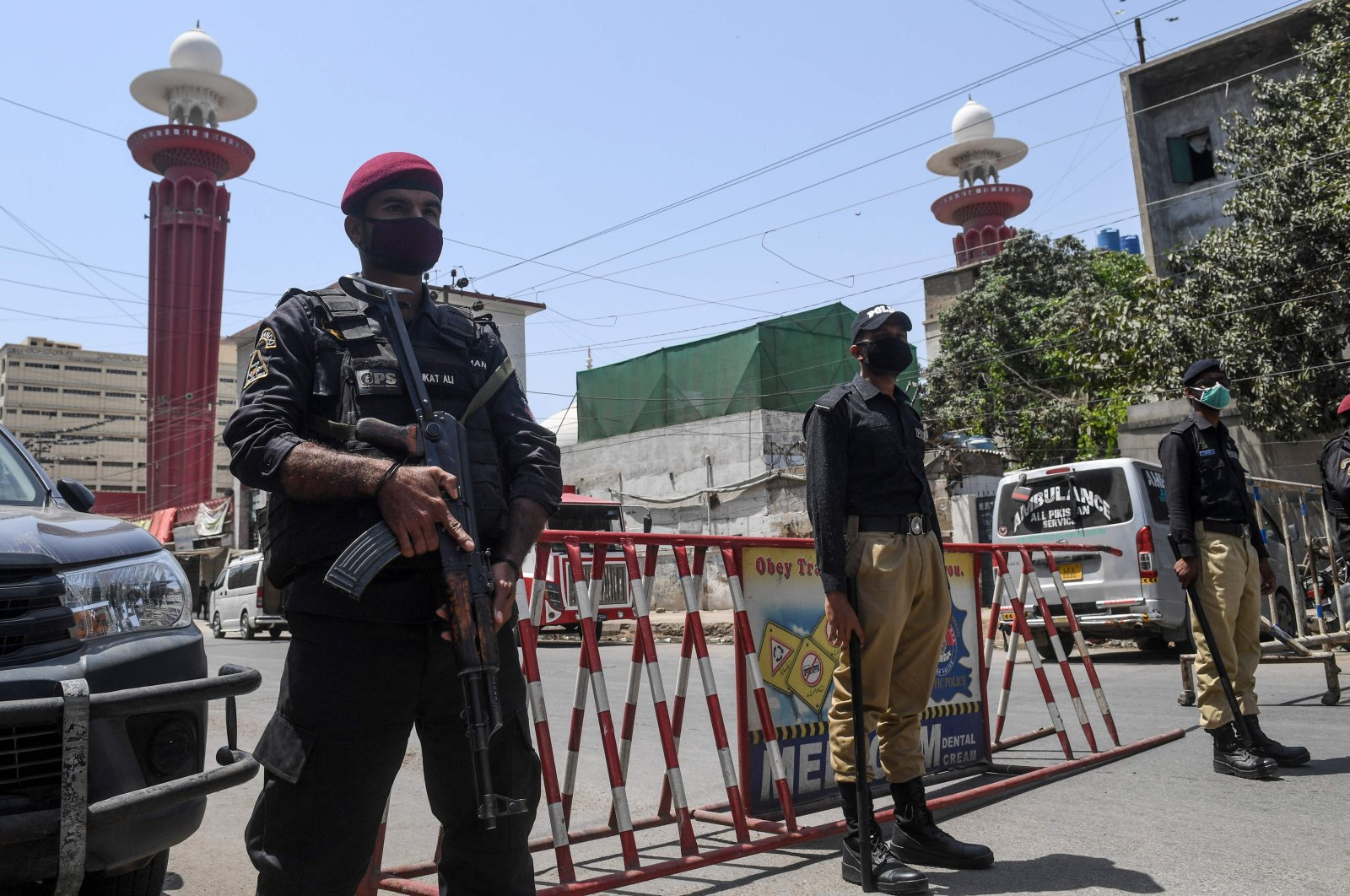 Security personnel wearing face masks stand guard outside a closed mosque during a government-imposed nationwide lockdown as a preventive measure against COVID-19, in Karachi, Pakistan, April 10, 2020. (AFP Photo)