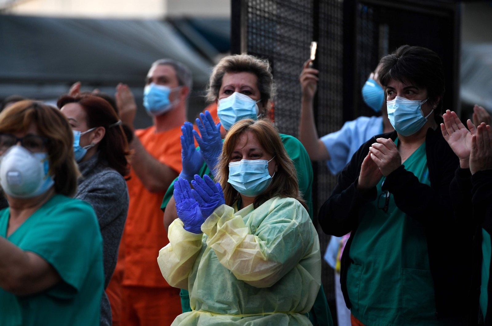 Heath care workers applaud amid grateful cheers outside Gregorio Maranon hospital, Madrid, April 12, 2020. (AFP Photo)