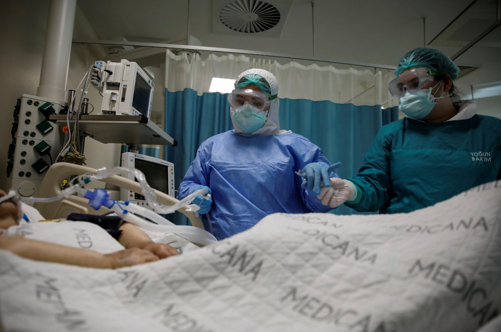 Nurses take care of a patient suffering from COVID-19 at an intensive care unit at Medicana International Hospital in Istanbul, Turkey, April 14, 2020. (Reuters Photo)
