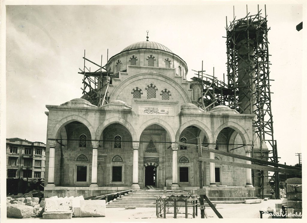 In 'The Şişli Mosque' exhibit, photos show the construction and inauguration process of the mosque.