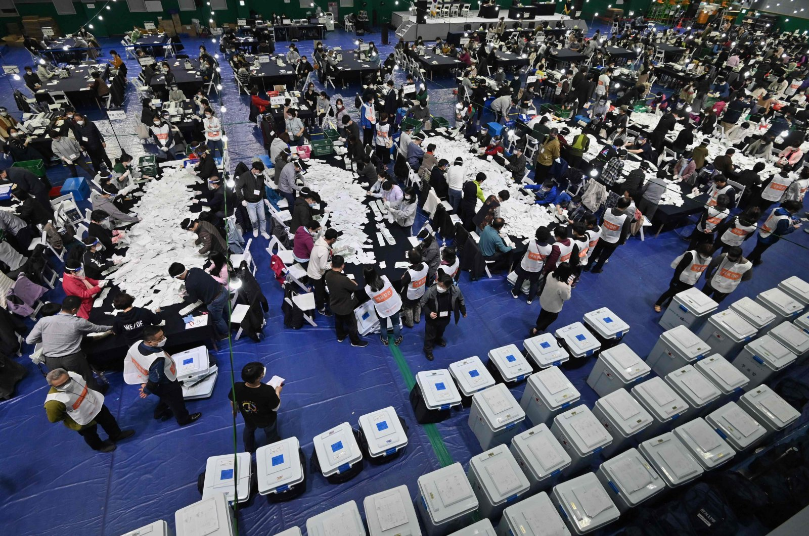 Election officials sort voting papers for ballot counting in the parliamentary elections at a gymnasium in Seoul, South Korea, April 15, 2020. (AFP Photo)