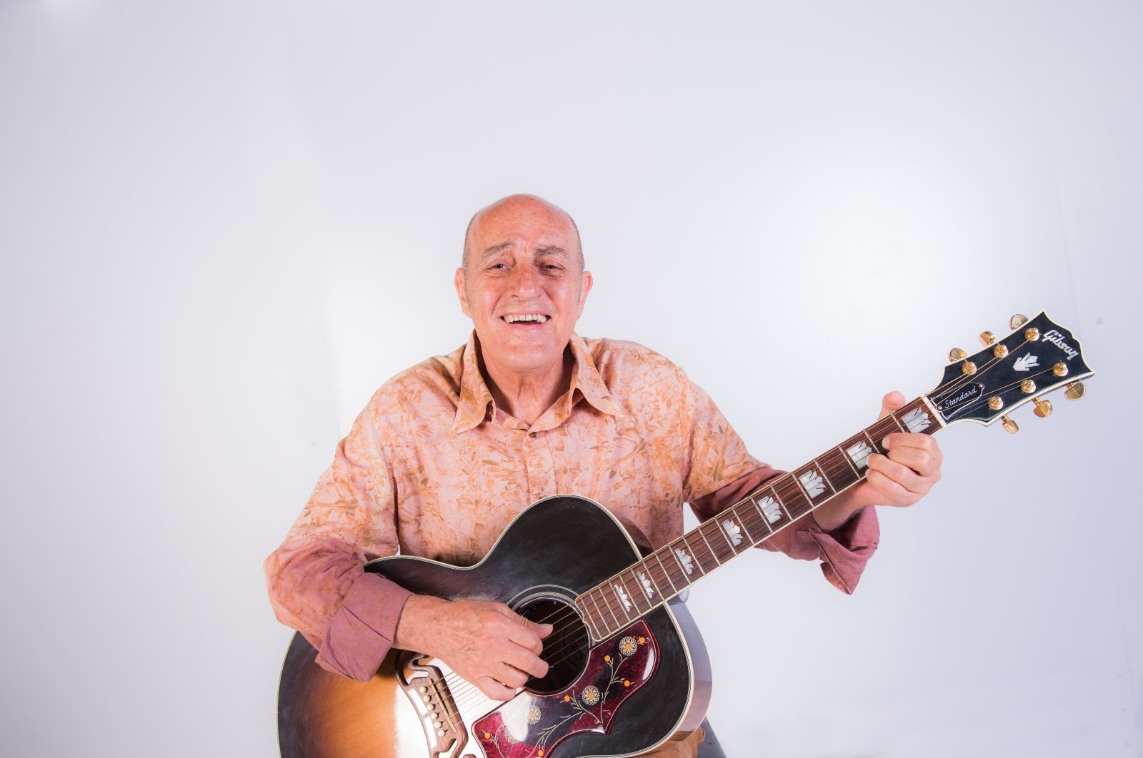 Fuat Güner poses with his guitar in this undated photo. (Photo by Murat Şengül)