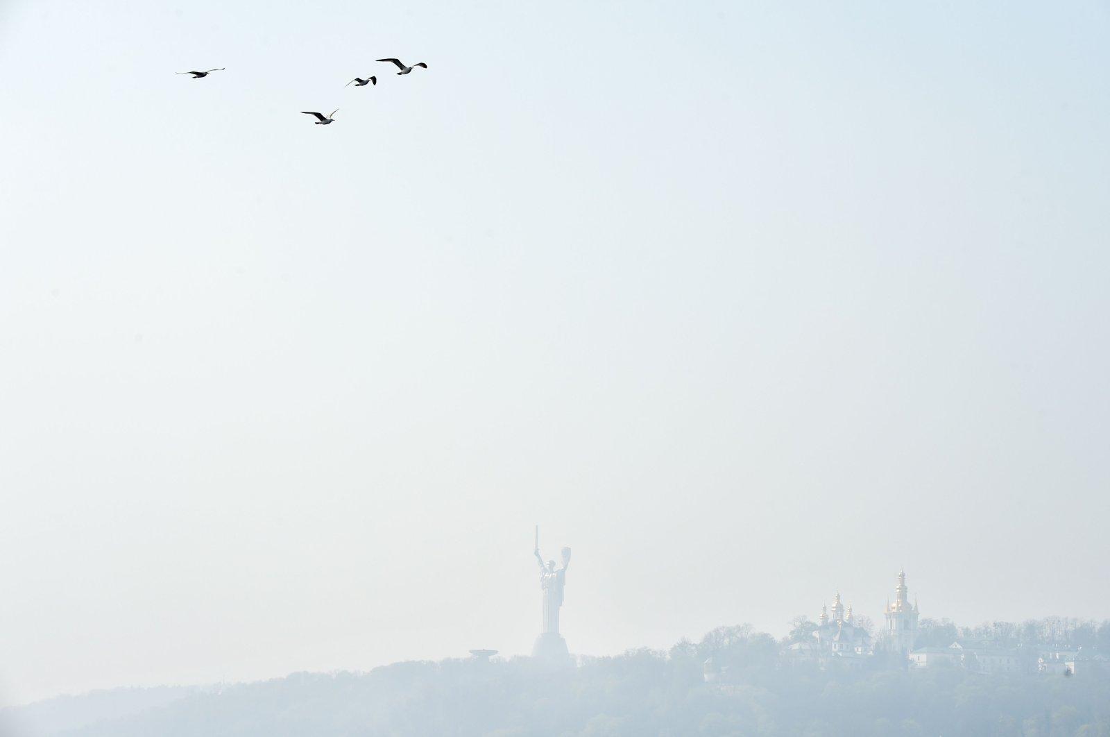 Smoke haze hangs over the Ukrainian capital of Kiev on April 17, 2020. (AFP Photo)
