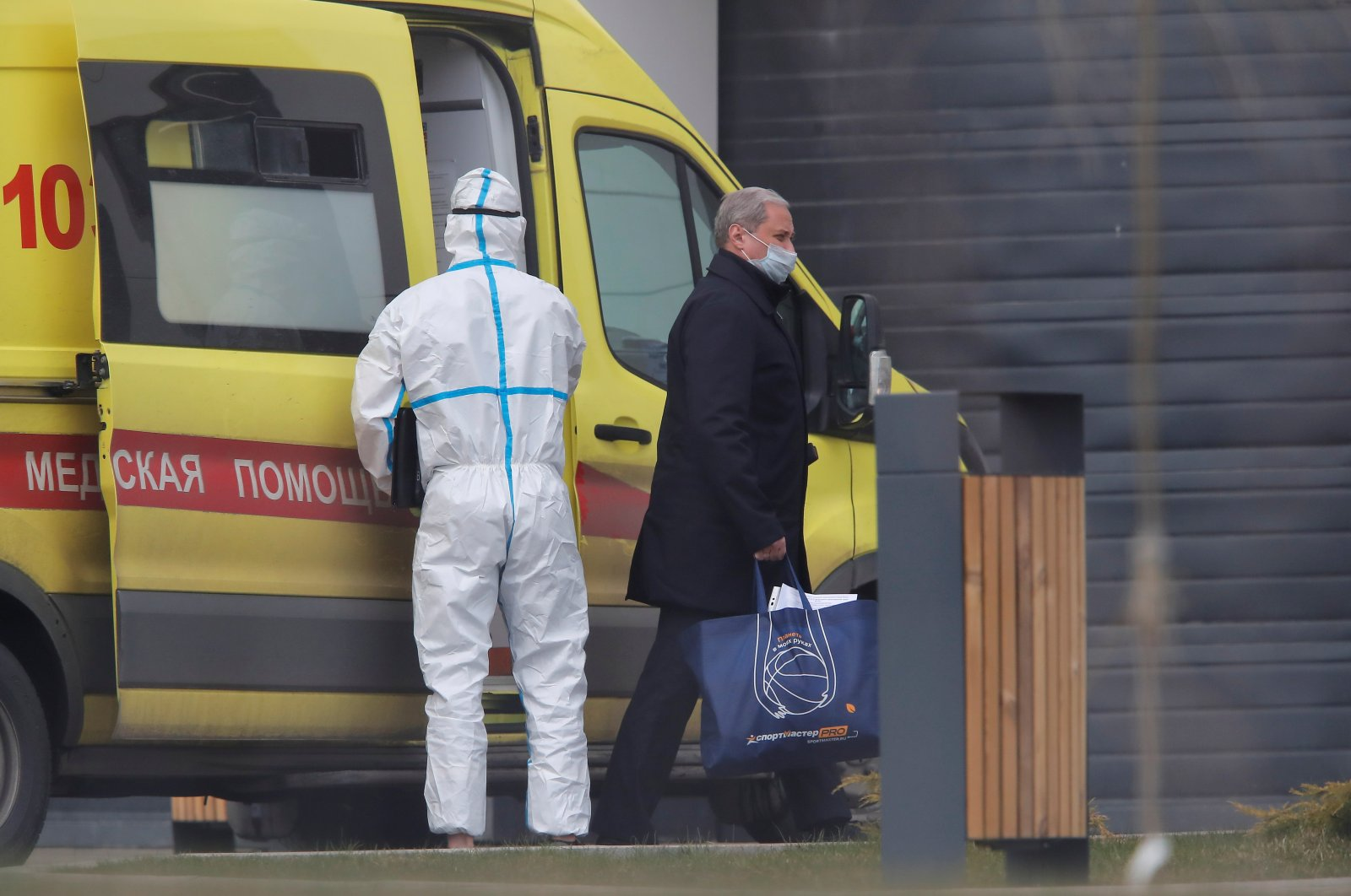 A man wearing a protective mask walks out of an ambulance upon the arrival at a hospital for patients infected with the coronavirus disease (COVID-19) on the outskirts of Moscow, Russia April 20, 2020. (Reuters Photo)