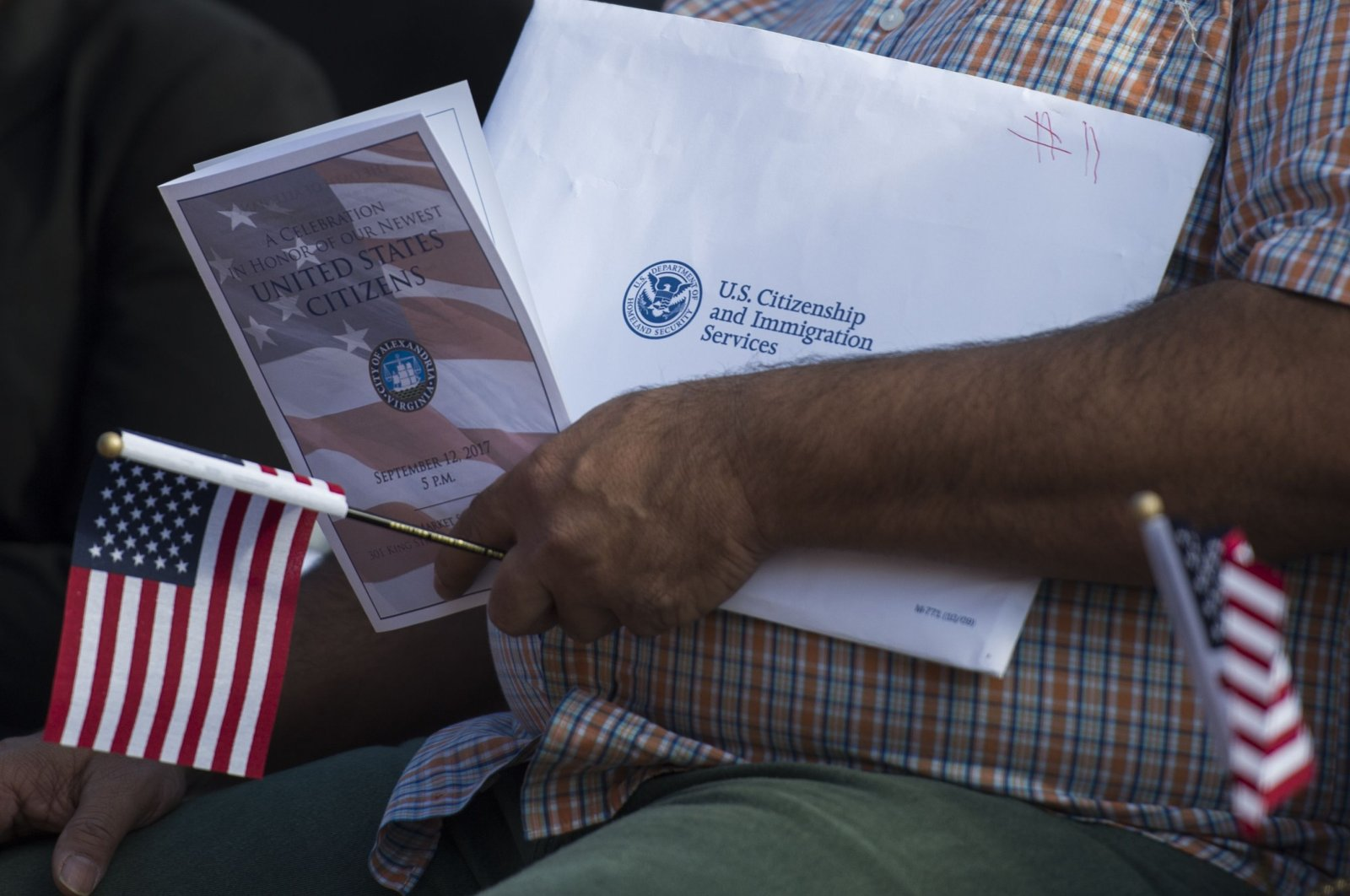 A new U.S. citizen holds an information packet at a naturalization ceremony at Alexandria City Hall in Alexandria, Va., Sept. 12, 2017. (AFP Photo)