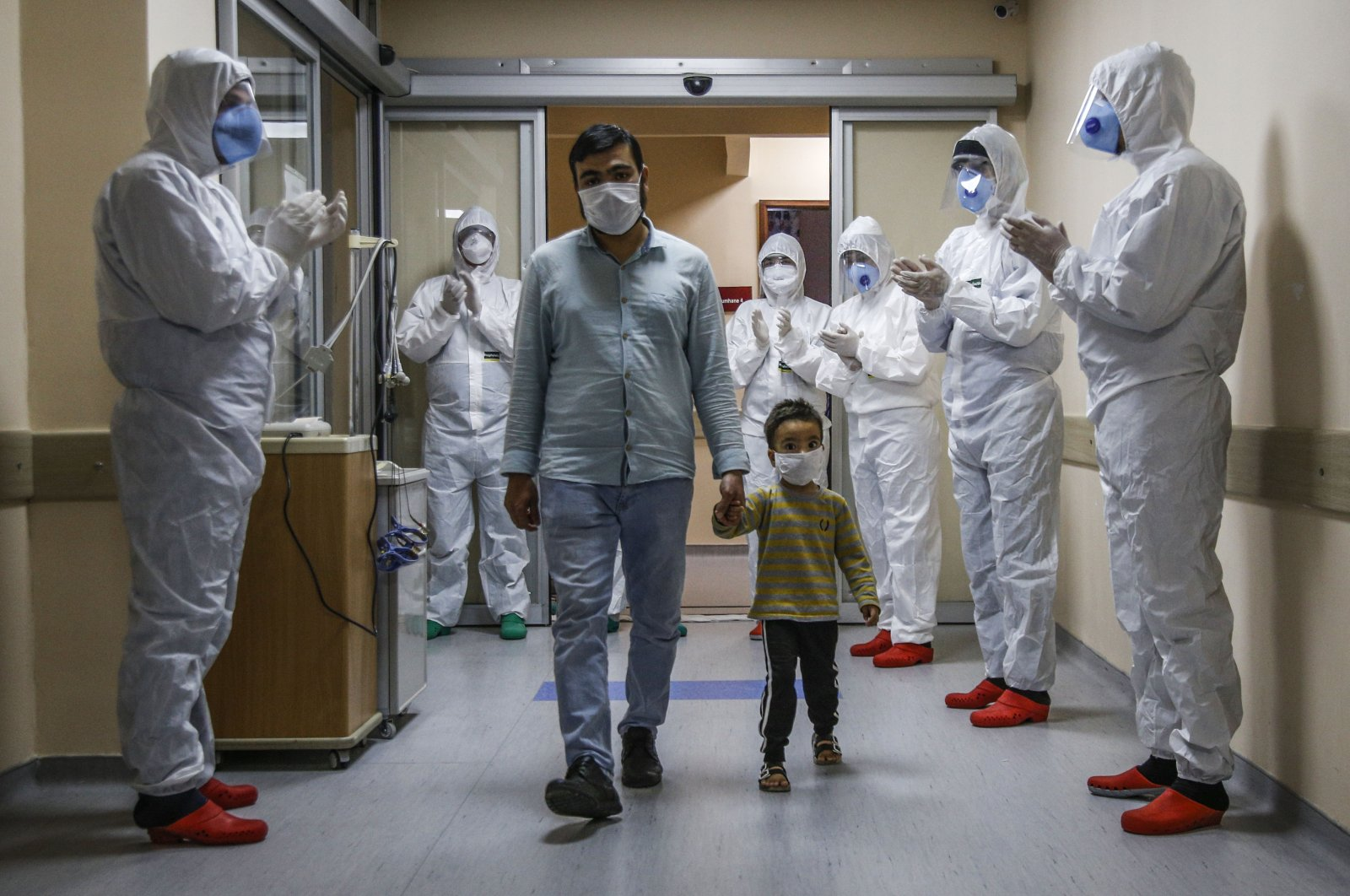Medical staff cheers as the toddler leaves the hospital following his COVID-19 treatment, Hatay, Turkey, April 21, 2020. (AA Photo)