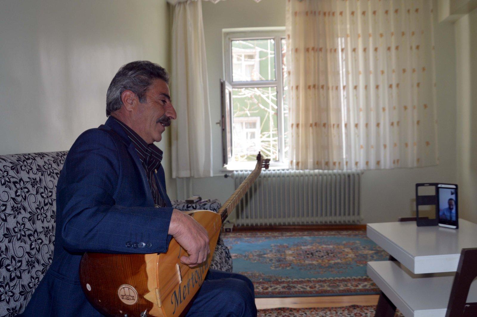 Mevlüt Mertoğlu indulges in an online call-and-response duet at home. (AA Photo)