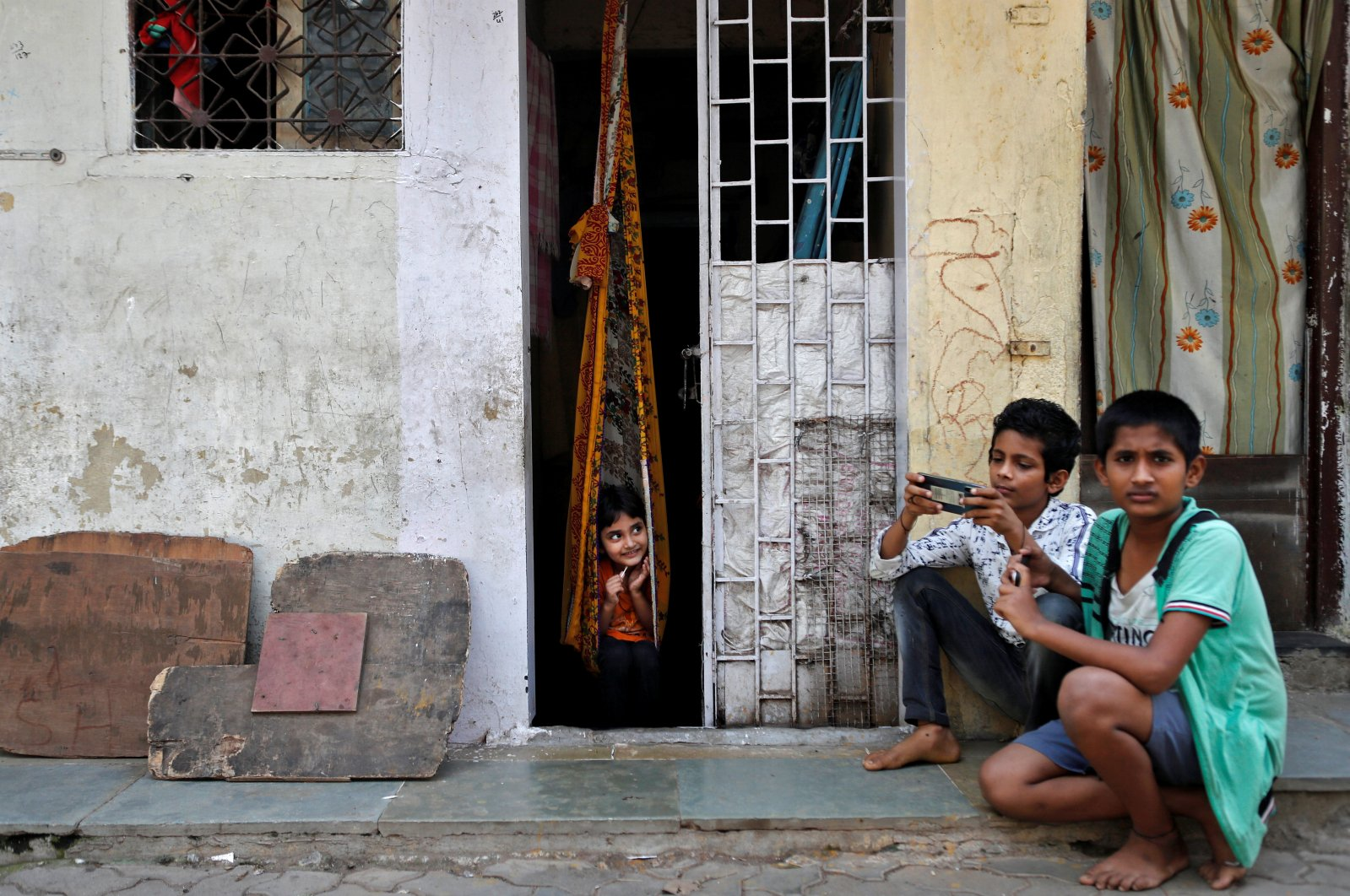 Children play outside a house during a nationwide lockdown in India to slow the spread of COVID-19, in Dharavi, one of Asia's largest slums, during the coronavirus disease outbreak, in Mumbai, India, April 10, 2020. (Reuters Photo)