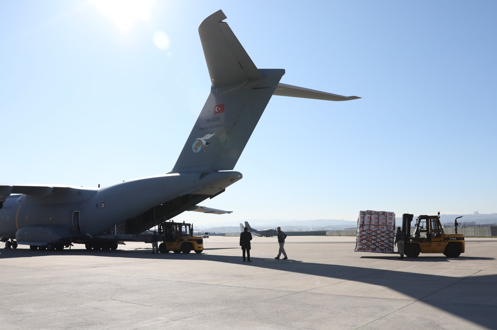 A Turkish military plane being loaded with medical supplies aimed at reducing shortages in the U.K., Ankara, 10 April 2020 (AA Photo)