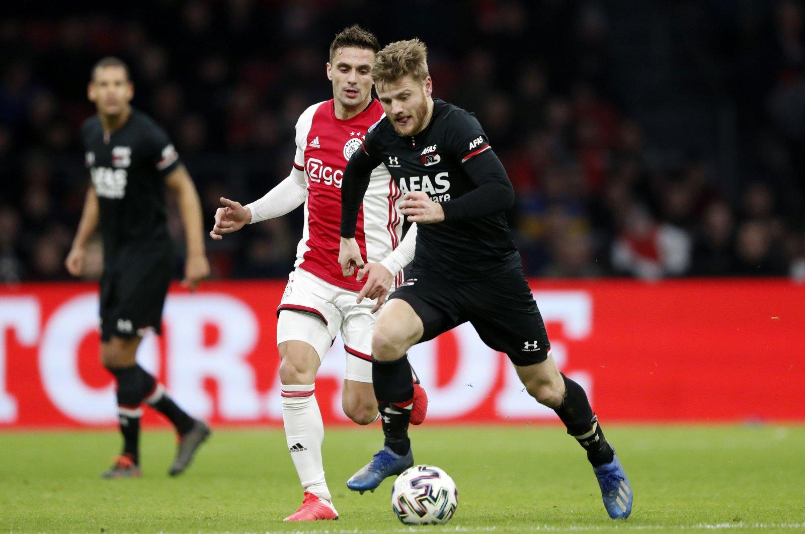 Ajax's Dusan Tadic fights for the ball against AZ Alkmaar's Frederik Midtsjo during an Eredivisie match, Alkmaar, March 1, 2020. (AFP Photo)