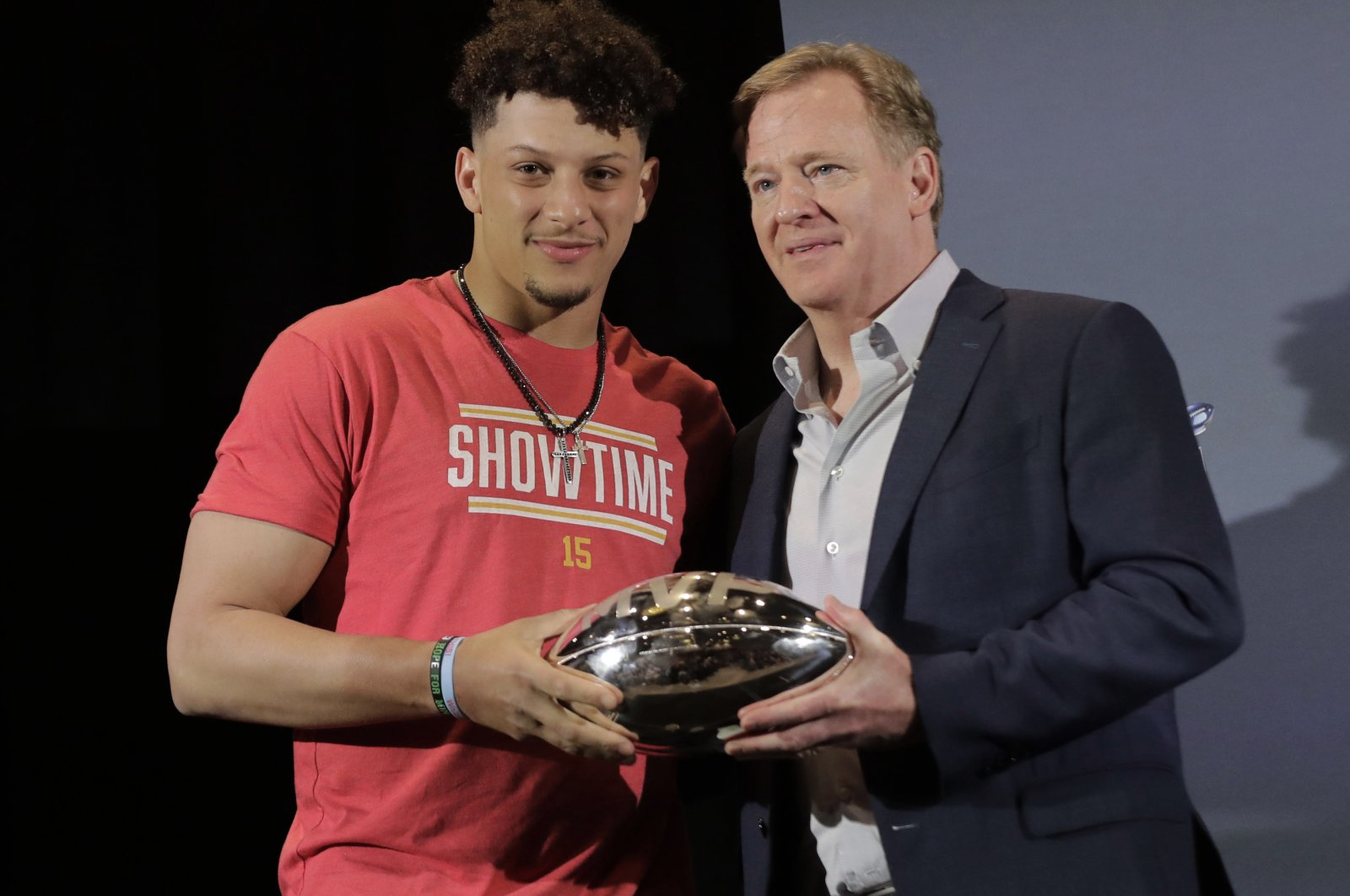 Patrick Mahomes (L) holds the MVP trophy with NFL Commissioner Roger Goodell before a news conference in Miami, Florida, U.S., Feb. 3, 2020. (AP Photo)