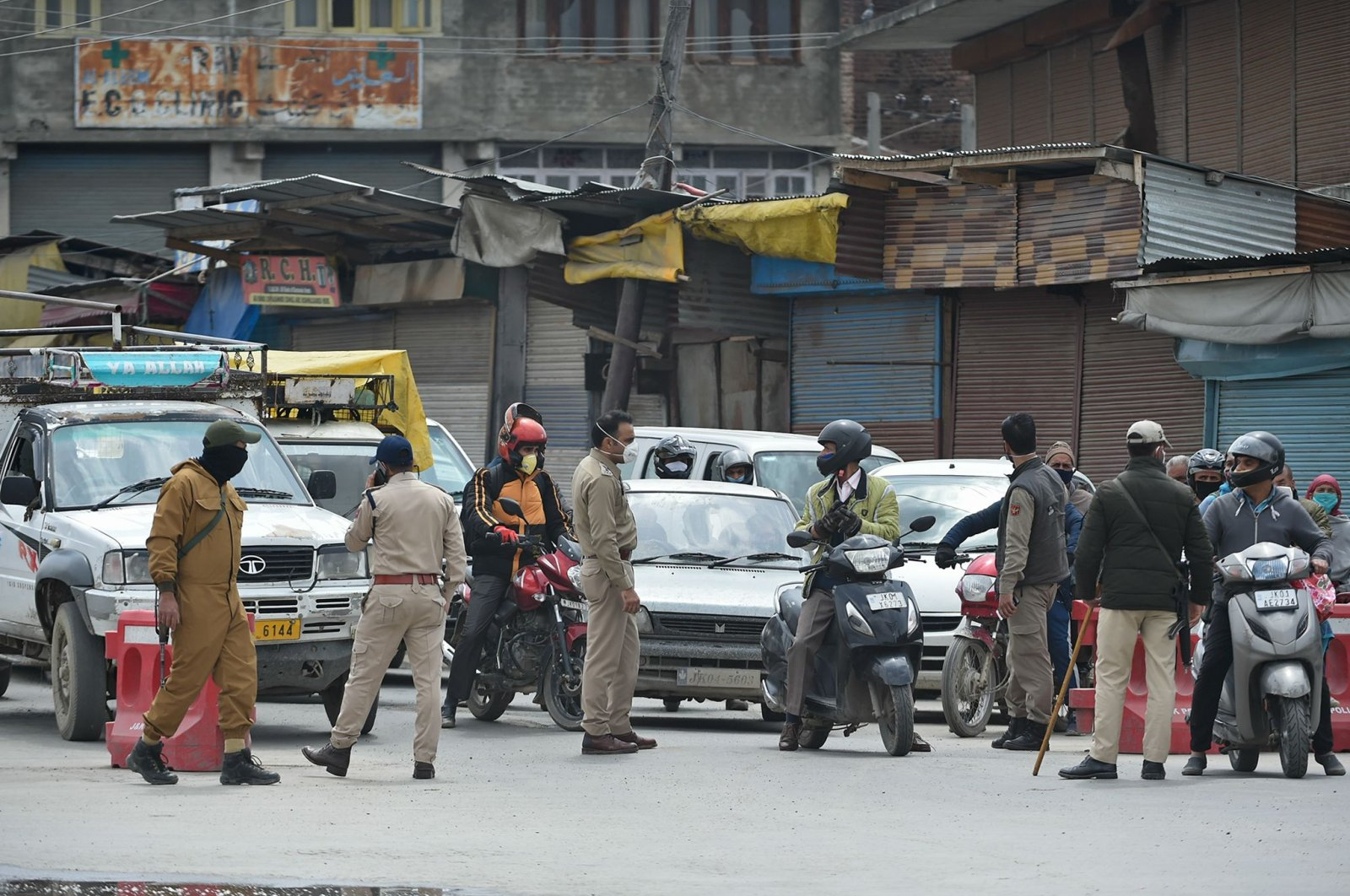 Indian police stops vehicles at a checkpoint during a government-imposed nationwide lockdown as a preventive measure against the COVID-19 coronavirus, in Srinagar on April 20, 2020. (AFP Photo)