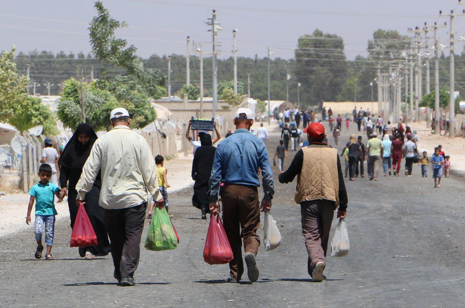 Syrians return to their homes in northern Syria through the Akçakale border gate in Şanlıurfa, Turkey. (AA Photo)